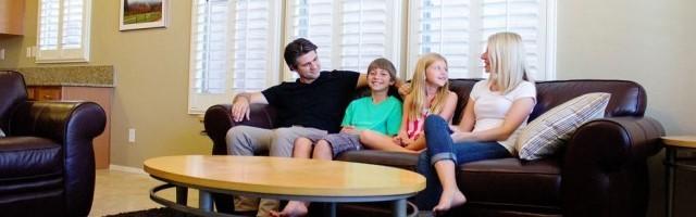 Joshua Becker, con su esposa e hijos, y su casa que tiene menos objetos que antes... ellos proponen simplificar
