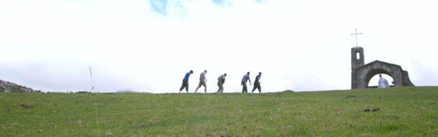 Footprints es hierba verde, cielo inmenso, caminantes agotados y ermitas para orar