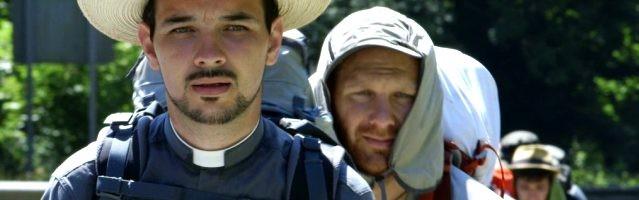 El padre Sergio y, tras él, los otros peregrinos de Footprints, una película que recorre el hermoso Camino del Norte hacia Compostela