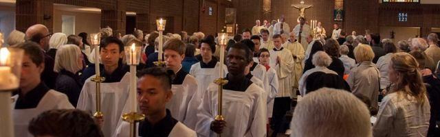 Procesión en la catedral de Estocolmo tras unas ordenaciones... se observa el origen inmigrante de la comunidad católica