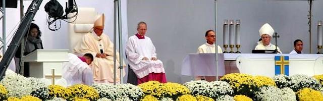 A pesar del frío, miles de católicos suecos, una minoría en el país, acudieron al estado a escuchar al Papa.