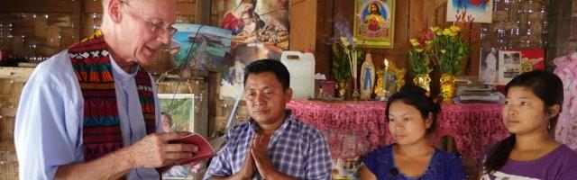 Un sacerdote norteamericano de la congregación de Maryknoll visita un barrio de chabolas y desplazados en Myanmar