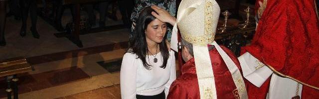 Una joven recibe el sacramento de la confirmación... hubo 116.000 en 2014 en España