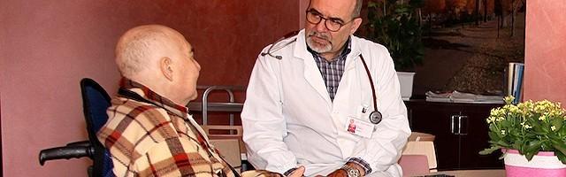 El doctor Claudio Bulla, con un paciente. Este experto en cuidados paliativos advierte contra el uso de la sedación como eutanasia encubierta.