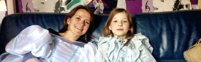 A la joven Ambre no le importa compartir sus vestidos de princesa con la directora, Anne-Dauphine