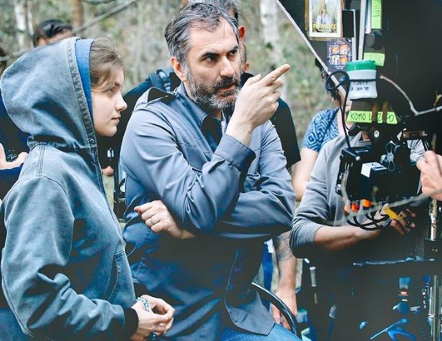 Xavier Giannoli junto a Galatéa Bellugi, la joven vidente en la película. Foto: La Croix / Shanna Besson / Memento Films.