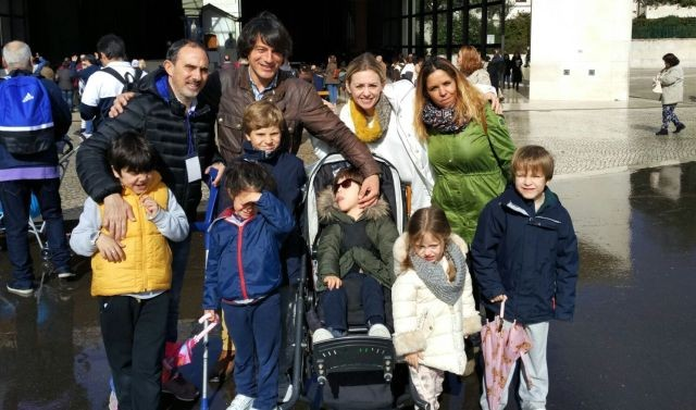 Javi y Ana frente a la Capelinha de Fátima con su hijo Lucas y su hija Carmen