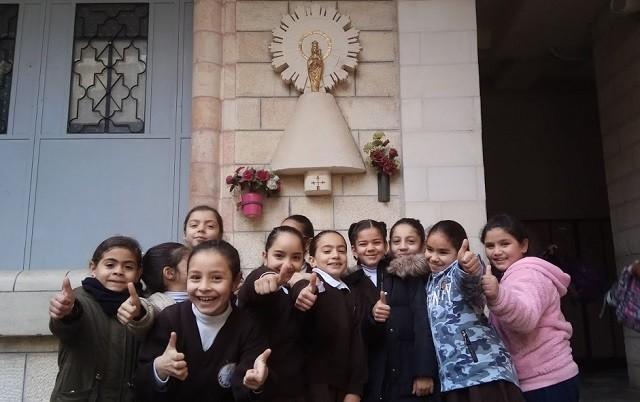 Alumnas cristianas y musulmanas juntas delante de la imagen del Pilar presente en el patio del colegio / Javier Lozano