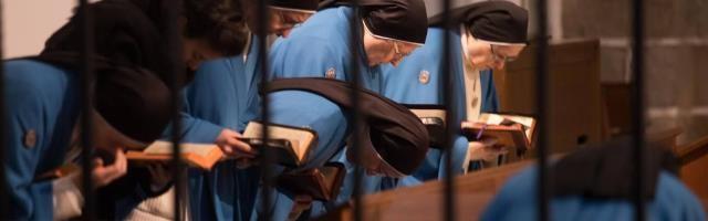 Las concepcionistas franciscanas con su distintivo manto azul... un vida tras las rejas, pero libres