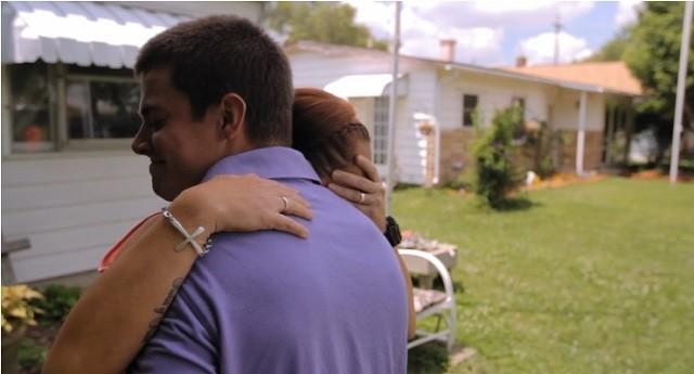 Momento del encuentro entre David y su madre biológica, Melissa, que recoge el filme documental