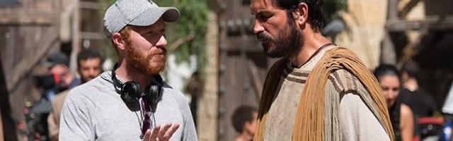 El director Andrew Hyatt da instrucciones a Jim Caviezel, ataviado como San Lucas