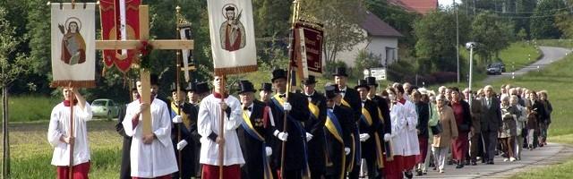 Procesión en una parroquia rural de Alemania... hay devociones populares, pero con asociaciones débiles