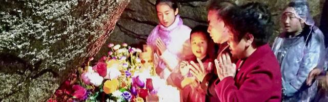 Fieles chinos orando ante la tumba de san Pedro de Sanz