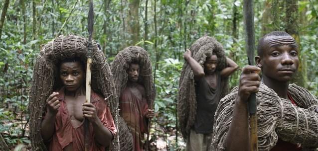 Los pigmeos viven en la jungla entre Congo, Camerún y Gabón y cazan con jabalinas y flechas