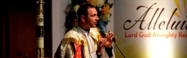 El padre Mathias Thelen no solo ora por los enfermos, sino que enseña a evangelizar con el poder del Espíritu
