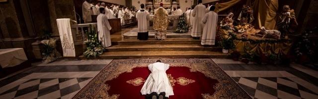 Ordenación de un nuevo sacerdote - en muchas diócesis, llegan con cuentagotas y la situación se hace insostenible