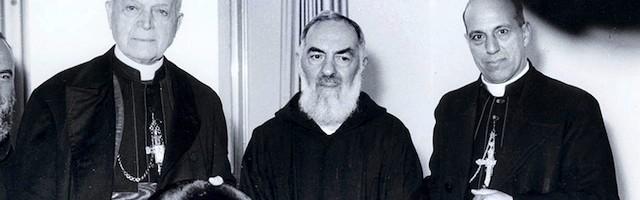 El Padre Pío, junto a dos príncipes de la Iglesia: cardenales y obispos visitaron con frecuencia al fraile estigmatizado.