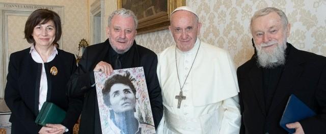 Ascensión Romero, Kiko Argüello, el padre Mario Pezzi y un retrato de Carmen Hernández, con el Papa