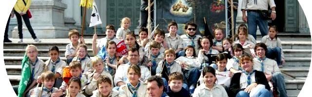 Jóvenes scouts argentinos con una reproducción de Nuestra Señora de los Scouts