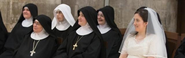 Sor Maria Vittoria della Croce ha ingresado en el convento vestida de novia