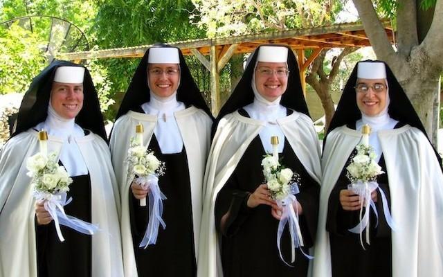 La hermana Shawn Pauline es la primera religiosa por la izquierda, en el día de los votos perpetuos de las cuatro, en 15 de julio de 2012.