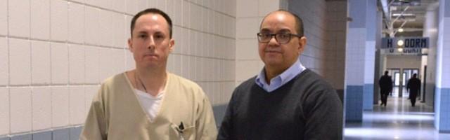 El interno Message, y el diácono Torres, capellán de prisiones, hablan de como la fe y el arte ayudan a los presos