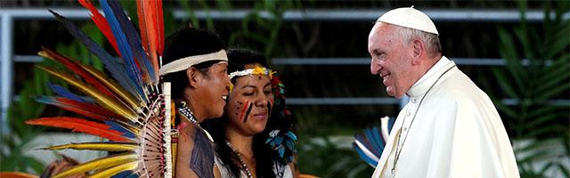 El Papa Francisco con indígenas de la Amazonía