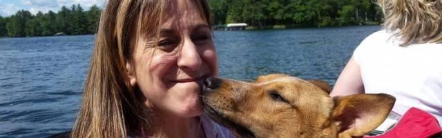 Bonnie Rapkin, en una escena divertida con uno de sus perros...