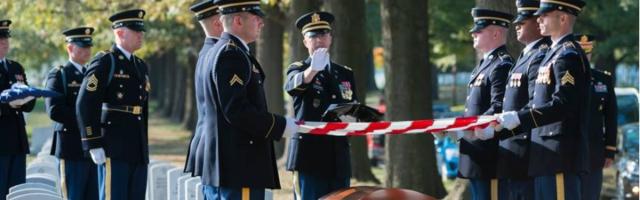 El capellán Matt Whitehead bendice bendice un ataúd en el cementerio nacional de Arlington, EEUU
