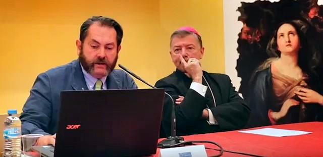 Monseñor Martínez Camino, en un momento del acto junto al presidente de la Fundación Cari Filii, Luis Cort.