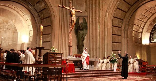 Fray Miguel Torres canta el «Suscipe» [Recíbeme, Señor, según tu palabra, y viviré] tras leer su profesión solemne.