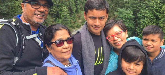 Melvin Singh con su familia - la Virgen lo orientó hacia la fe