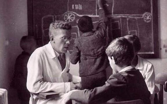 El doctor Asperger, con pacientes pediátricos en su clínica.