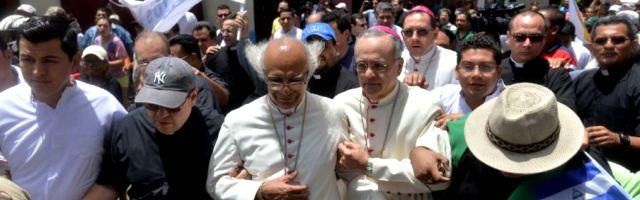 El cardenal Brenes, con el nuncio, otros obispos y sacerdotes, al llegar a la basílica menor