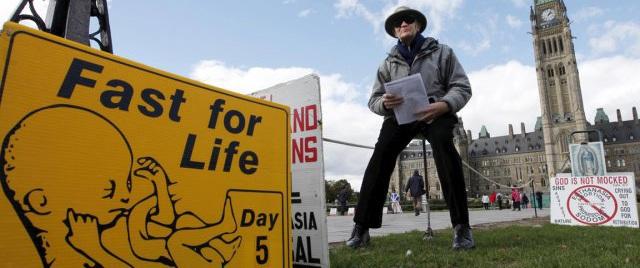 El padre Van Hee va a cumplir 30 años como manifestante con oración y ayuno contra el aborto en Parliament Hill