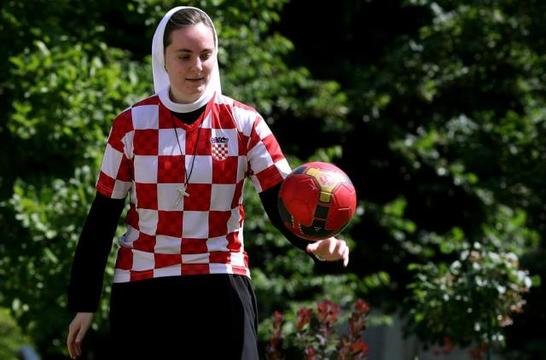 La hermana Marija Zrno se maneja bien con el balón
