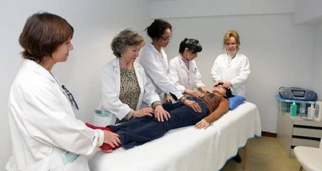 El reiki se ofrece incluso en hospitales, y por ello asociaciones de médicos y de pacientes pide que se prohíba