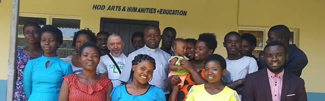 El P. Gaétan con algunos de los alumnos que estudian gracias a su fundación