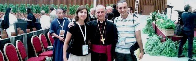 Icíar y Onofre, un matrimonio que sabe de nueva evangelización, con el arzobispo Rino Fisichella