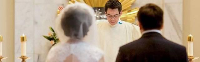 El diácono Atanacio Sandoval preside una boda - huyo de la guerra civil de El Salvador a los 19 años