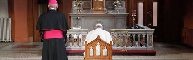 El Papa Francisco orando por las víctimas de los abusos