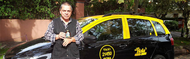 Javier Maulen delante de su taxi