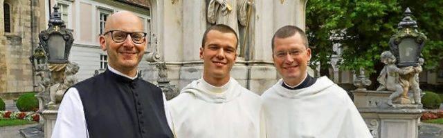 Héctor de Andrés, en el centro, entra en Heiligencreuz con 24 años, para iniciar su vida monacal - allí viven otros 99 monjes benedictinos
