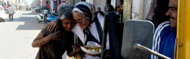 La hermana Elsie con una de las enfermas psíquicas de las calles a las que alimenta y visita cada día