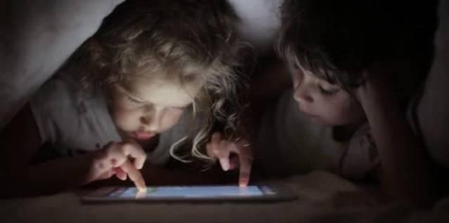 España supera la media europea en adicción a las pantallas: 6 consejos de los pediatras a los padres