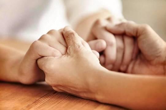 Agradecer lo mucho que recibimos y liberarnos del resentimiento mediante el perdón: es la clave de la felicidad, según el doctor Dominique Megglé.