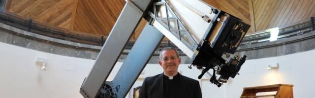 El sacerdote jesuita y astrofísico David Brown explica como vive su fe en su estudio de las estrellas