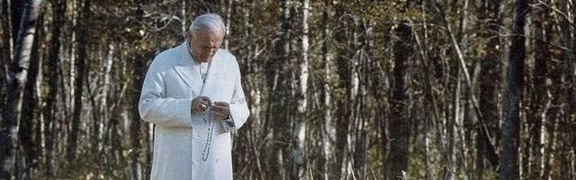 Una imagen usual de San Juan Pablo II era verle rezando el Rosario. Esta imagen no era infrecuente
