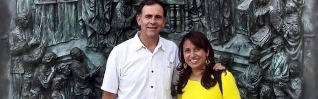 Jeny Castaneda, junto a Juan Manuel Cotelo ante la catedral de La Almudena de Madrid.