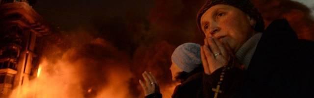Una mujer reza el Rosario durante un episodio violento en el Maidán en Ucrania - esta oración quizá ha impedido una escalada de violencia